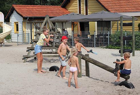 Speeltuin met zandbak en terras